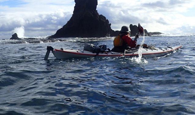 北風でうねる10月の知床羅臼側を漕ぐ