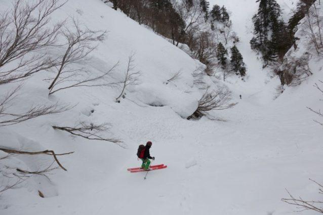 雪崩の恐怖に脅えながら、深いルンゼ内を迅速に進む