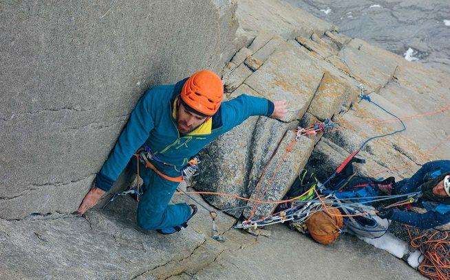 「エル・レガロ・デ・ムウォノ」の初登で手強い凹角に挑むショーン・ヴィラヌエバ・オドリスコール。パタゴニア、トーレス・デル・パイネ Photo: Nicolas Favresse