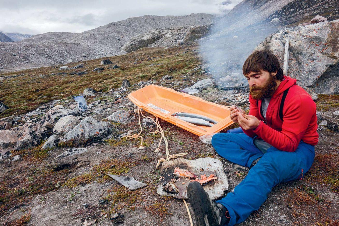 バフィン島で朝食を取るショーン・ヴィラヌエバ・オドリスコール。 Photo: Nicolas Favresse