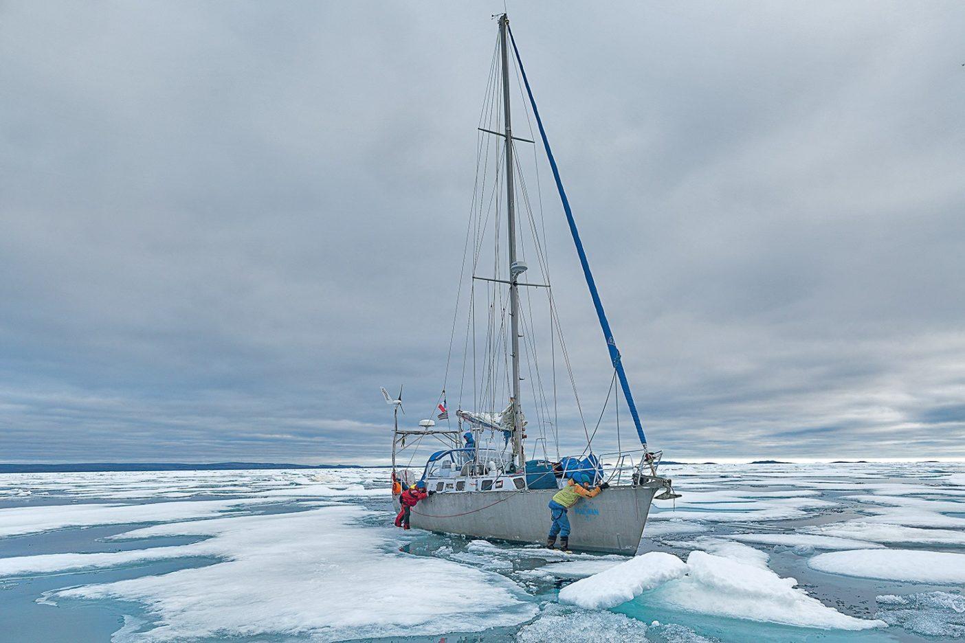 北西航路のど真ん中でメイワン4 号を誘導するショーン・ヴィラヌエバ・オドリスコールとニコ・ファブレス。カナダ北極圏 Photo: Christophe Stramba-Badiali
