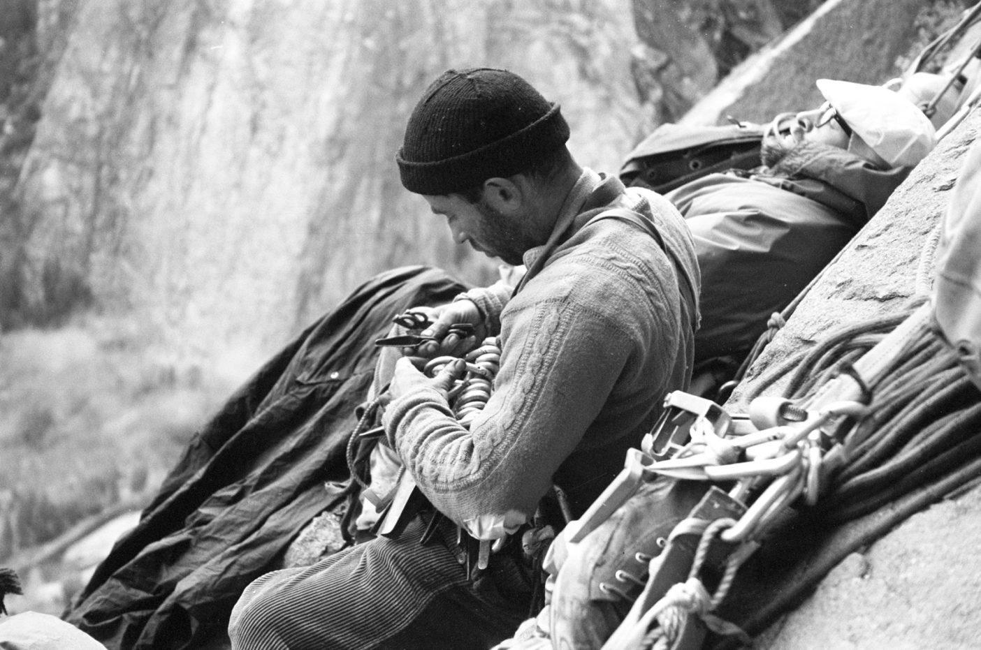 エル・キャピタンのノース・アメリカ・ウォールの初登中、サイクロプス・アイのビバークでハーケンを整理するヨセミテ登攀のパイオニア、イヴォン・シュイナード。1964年秋、19ピッチ目の終了点にて。Photo: Tom Frost