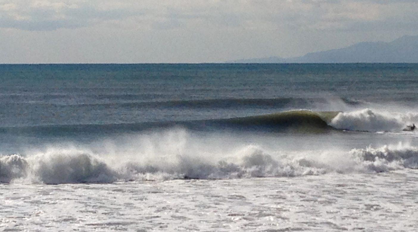 6年前の冬、乗りなれたロングボードを修理に出していたとき湘南に訪れた、最高に決まった波。ただ眺めているしかなかった。 写真:丘 広大
