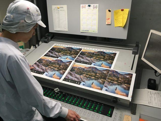 印刷前の本機色校正。写真が美しいパタゴニアのルックブックには微妙な色調整は必須。通常の線数(1インチに入る網点の数)は網点175線に対して、このカラーは240線。どれだけ印刷が精細かがわかる。写真:パタゴニア日本支社