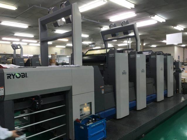 日本製のLED-UV印刷機。上部についているのが本機導入後に設置した、印刷の品質検査のためのCCDカメラ。写真:パタゴニア日本支社