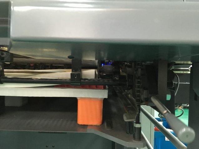 中央奥で青く光っているのがLED-UVランプ。インキを0.2秒で瞬間的に硬化させるため、乾燥するのを待つ必要はなく、また電力も大幅に削減できる。写真:パタゴニア日本支社