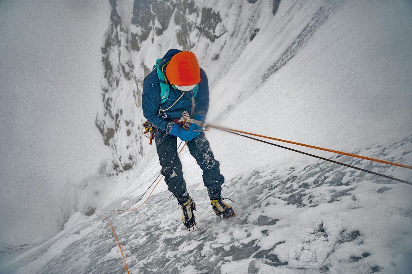 フィールドでマイクロ・パフの保温性をテストするコリン・ヘイリー。アラスカ山脈 Photo: Mikey Schaefer