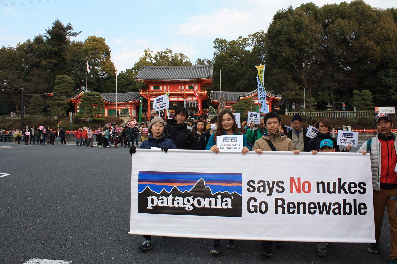 祇園で有名な八坂神社前。ここからデモがスタートする。 写真:yano tomokuni