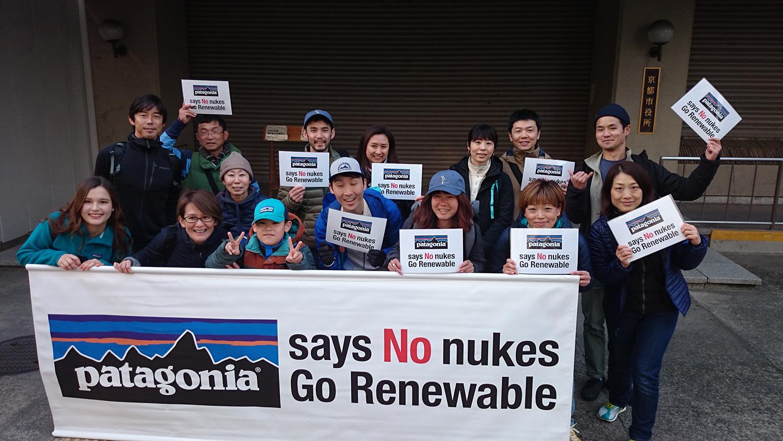 今年のデモに参加してくださったお客様たちとパタゴニアスタッフ、その家族たち。 写真:パタゴニア 京都