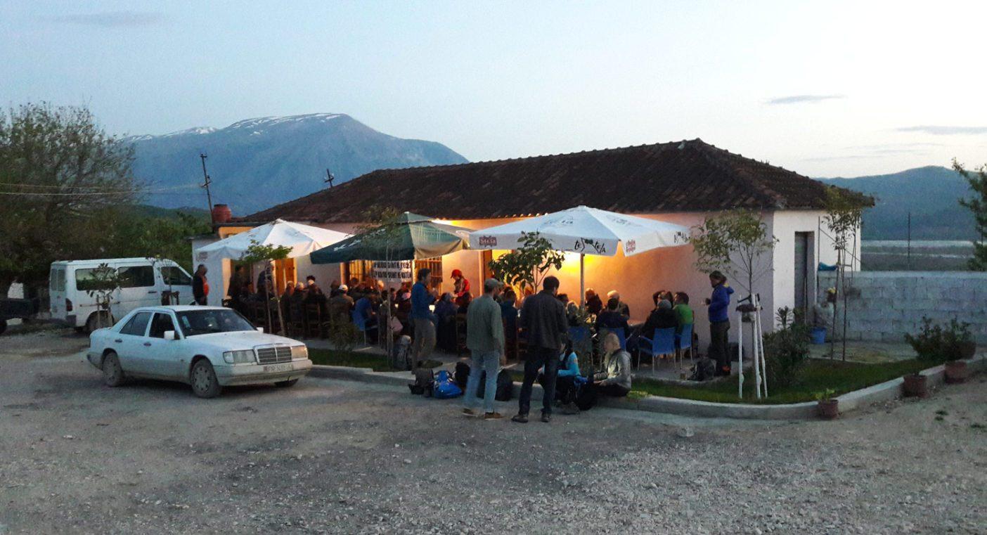 興奮に満ちた調査を終え、歌と酒をともに楽しむ科学者と地元住民たち。 Photo: © Helmut Sattmann