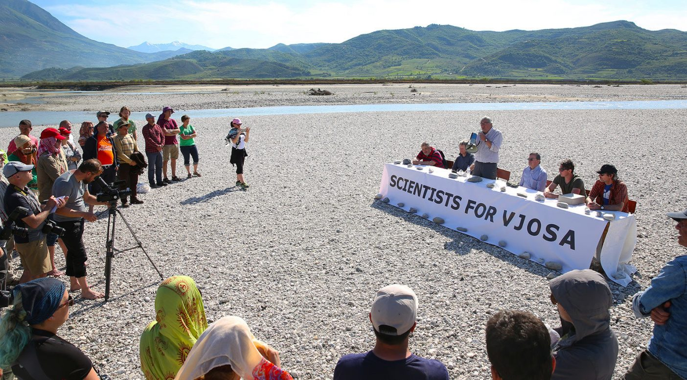 類い稀な記者会見で表する、類い稀な川への敬意。全参加者はゴムボートで中州へと運ばれた。 Photo: © jens-steingaesser.de