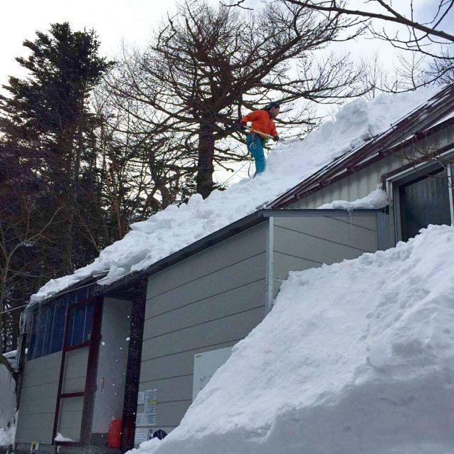 七丈小屋を引き継ぐ直前。屋根の雪下ろし。