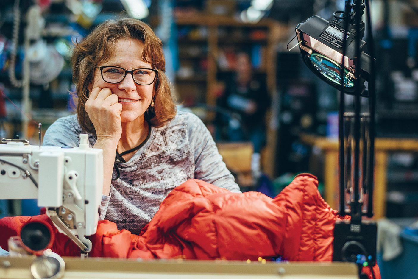 リノの修理センターでこよなく愛された製品を修理するスーザン・ベイカー。1987 年のチョー・オユー遠征でベースキャンプのサポート隊員だったスーザン(彼女の子供たちの父親はネバダからのクライミングチームに所属していた)は、いまでもオリジナルのシュイナード・エクスペディション・ソーイングキットを所有。彼女はそれを使って暴風に切り刻まれたテントのフラップや、チームメンバーのゲイターを修理した。 Photo: Ken Etzel