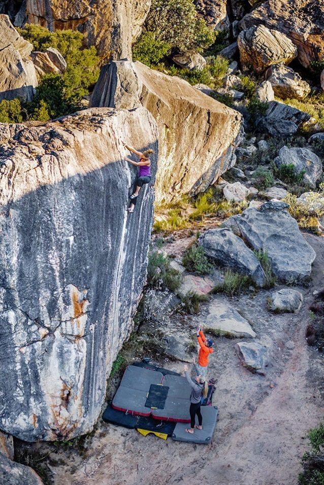 アレックスによれば「ケイトはビショップに住んでいるのにボルダリングはあまりしない。彼女にとっての普通のクライミングには、僻地の壁までの長いハイキングや、氷に覆われたピーク、風、クランポンやトラッドギアが大事な要素として含まれているんだ。彼女の登攀の写真を見ると『僕はスポーツ・クライマーでよかった』と思う。絶対的に不安定な状況、ビックウォール、クラック、そこに含まれる多くの苦痛。それを知っているから彼女が南アフリカのこれらのボルダーをやっつけていたのに感銘を受けた。これは彼女がV6のクリーキング・ハイツを登っているところさ!」 Photo: Ken Etzel