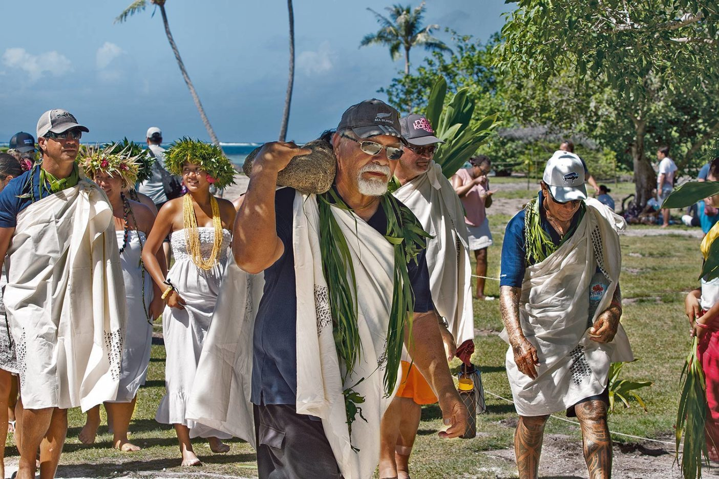 タプタプアテアでポハク(石)を担ぐジョン・クルース。彼はカウアイ島で72フィート(約22メートル)の双胴型航海カヌー「ナマホエ号」の建設に貢献した人物。Photo: John Bilderback