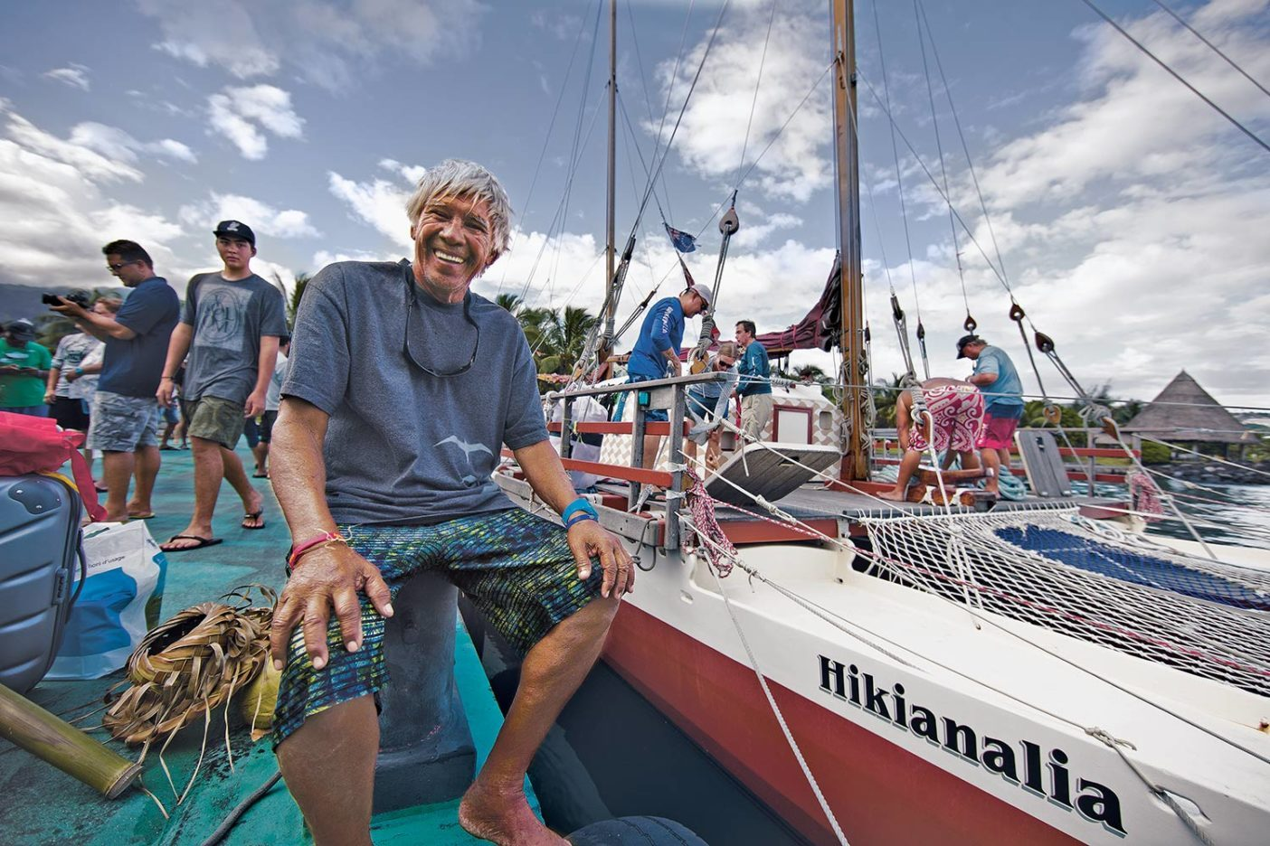 ライアテアへの出発前に波止場でひと休みする熟練乗組員「スネーク」ことアー・ヒー。Photo: John Bilderback