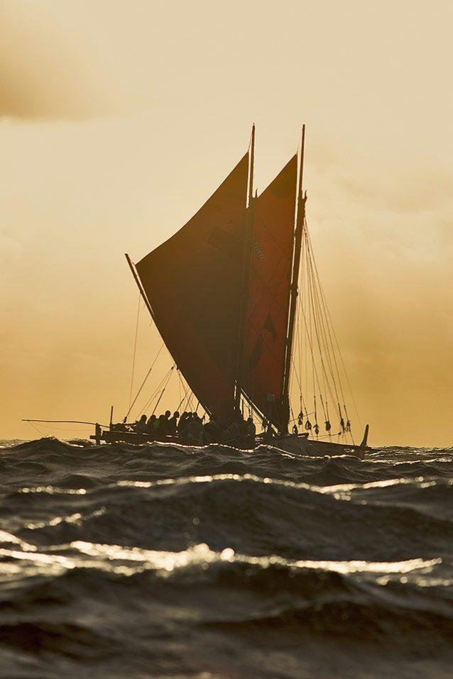 タプタプアテアに向かうホクレア号。Photo: John Bilderback