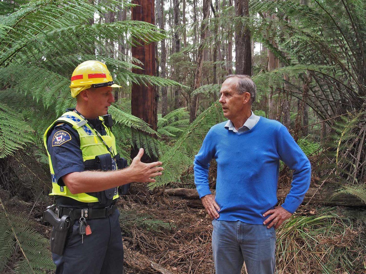 逮捕される可能性を伝えられたボブ・ブラウン博士は、「私は森のためにここにいるのですが、彼らは森を破壊するためにここにいます。つまりにっちもさっちも行かない状況なのです」と語った。逮捕を告げられると、彼は「仕方ないですね」とだけ言った。写真:Bob Brown Foundation