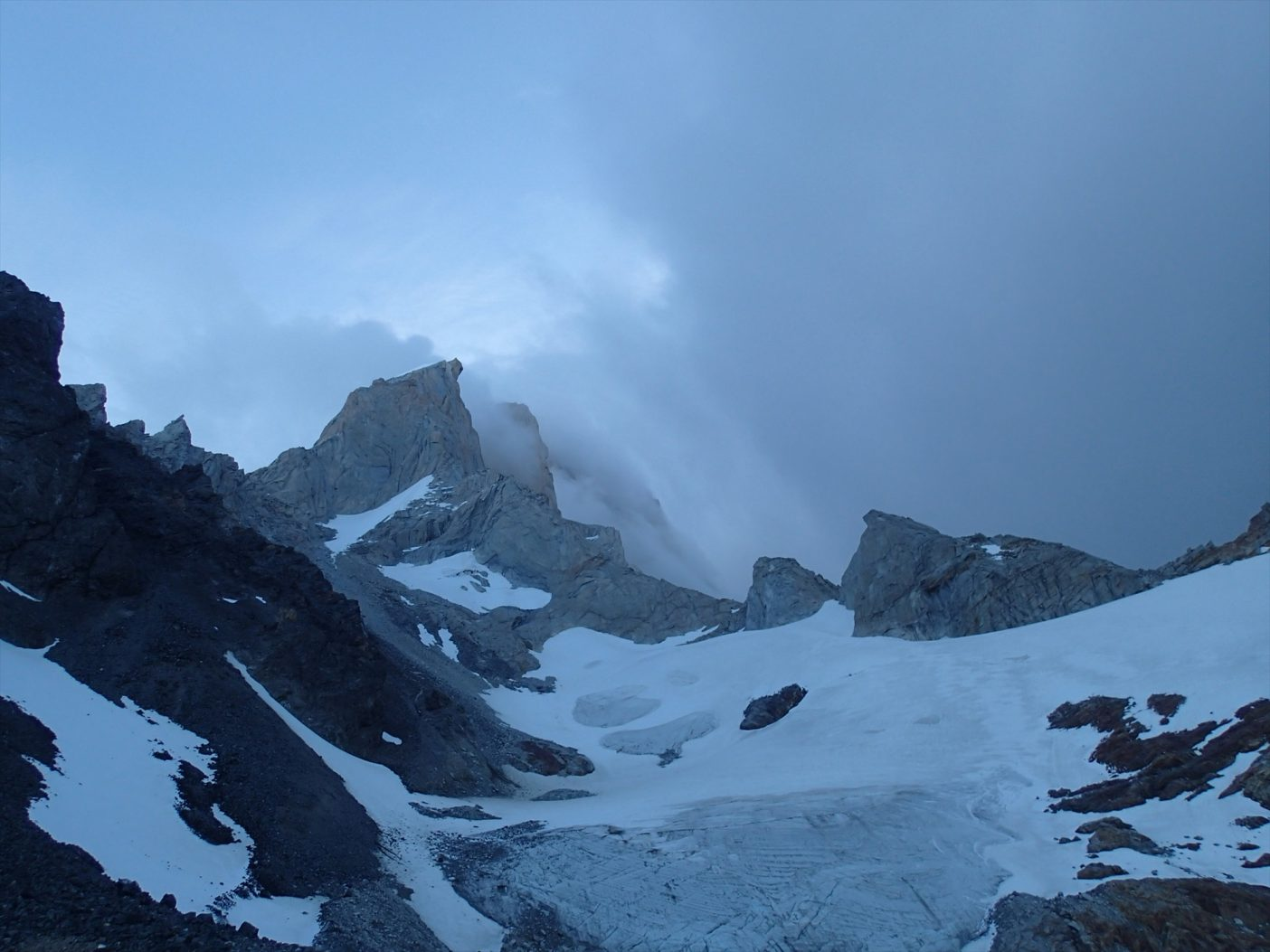 山を下りて振り返ると、フィッツロイはすでに恐ろしげな雲に覆われていた。