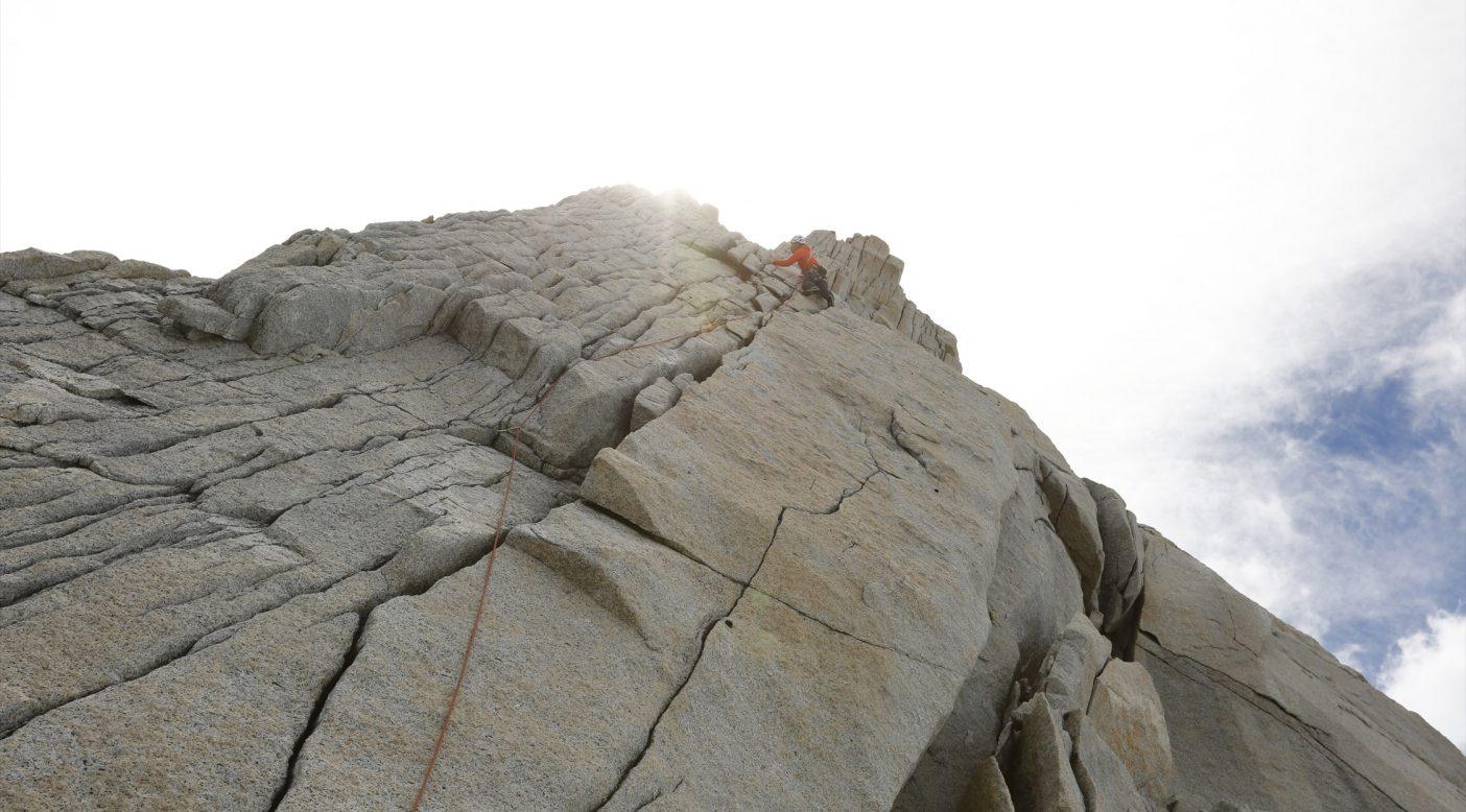 ひとたび壁に取り付けば、硬い花崗岩にスパッと割れたクラックをたどる絶品のクライミングが味わえる。 写真:佐藤正純