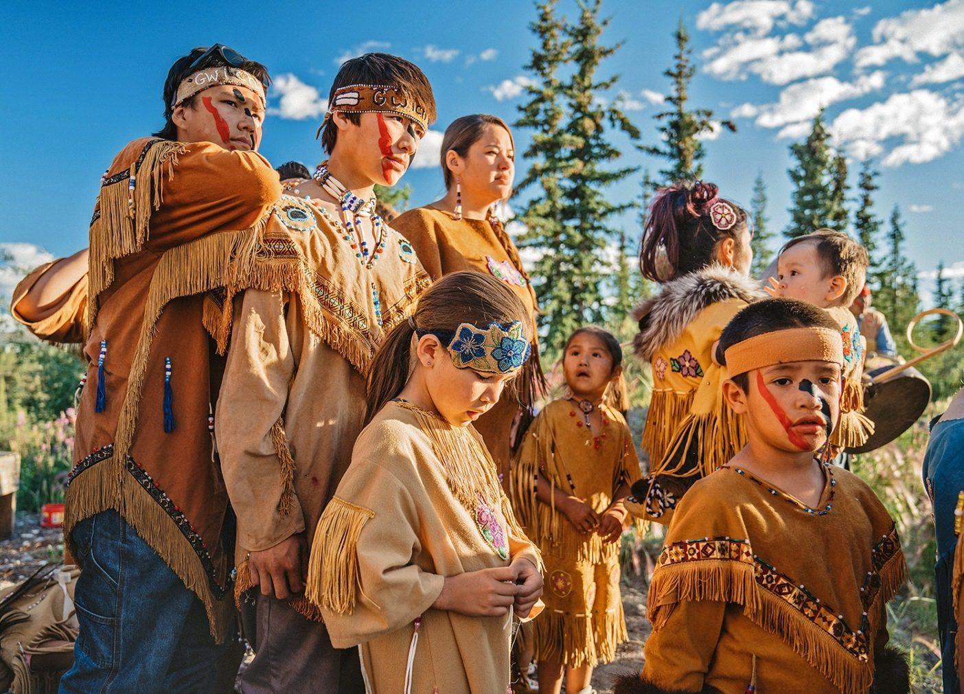 第14回グウィッチン・ギャザリングで伝統的な踊りの準備を整えるグウィッチン族の若者たち。アラスカ州アークティック・ビレッジ。Photo: Kahlil Hudson