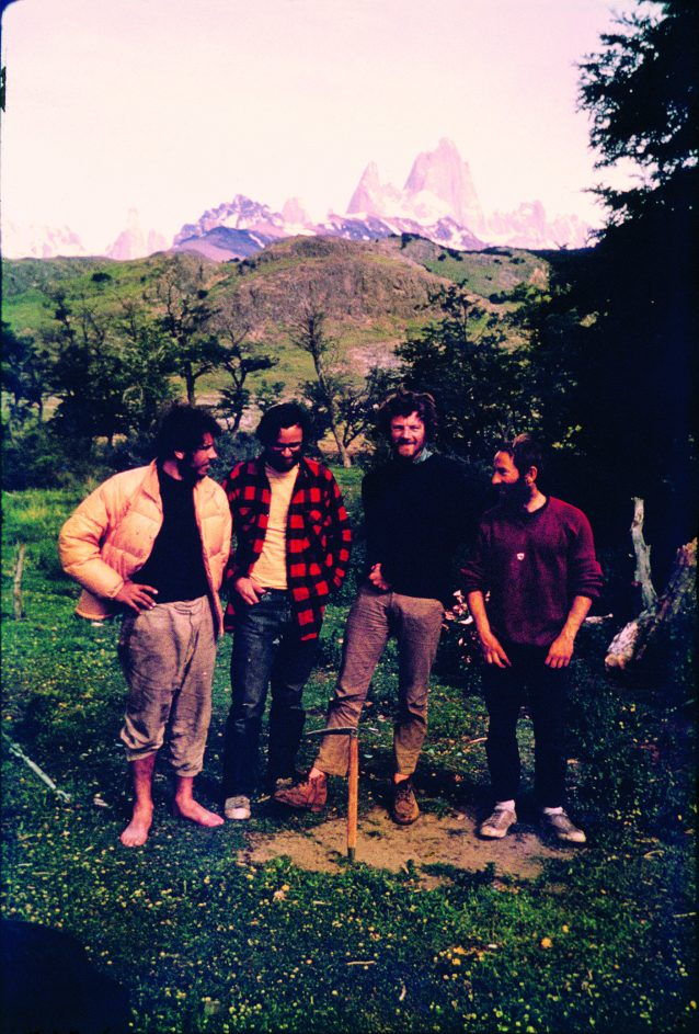 ダグ、ディック、クリス、イヴォン(左から右へ)。髪はぼさぼさ、でもそこそこの衣服に着替えて有頂天。アイスアックスがそこに威厳を加えている。