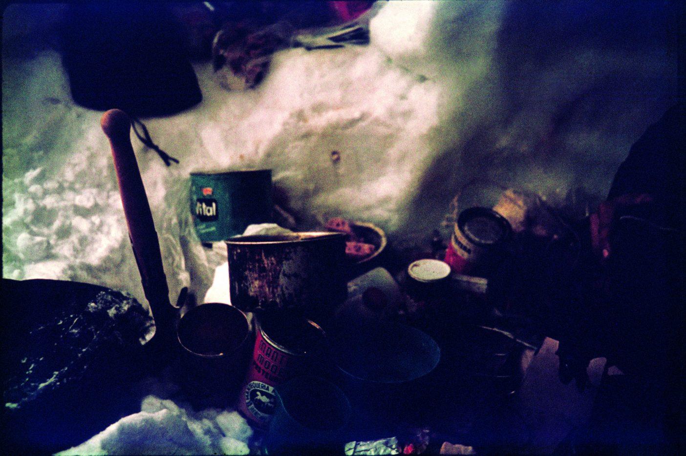 第2氷洞の内部:缶詰、調理用具、氷洞を掘るのに頼りになった鉄製シャベル(ドライブの道中の金物屋で買った)。この鉄のシャベルなしにはおそらく登攀は不可能だっただろう。ここの氷は当時のアメリカ製のスノーシャベルなど歯が立たないほど固かった。
