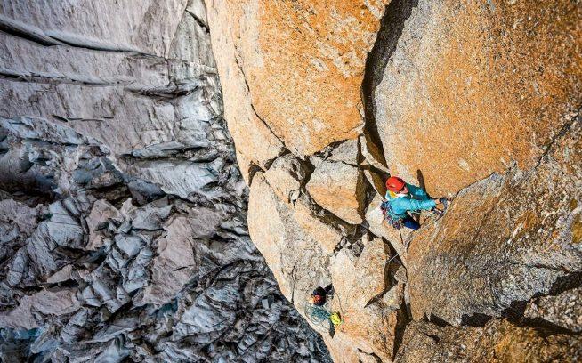 ケイト・ラザフォードは氷河を越えてすぐクライミングを始め、岩の隙間に指を入れ込んだ。フランス、シャモニ、ポワント・アドルフ・レ Photo: Bernd Zeugswetter