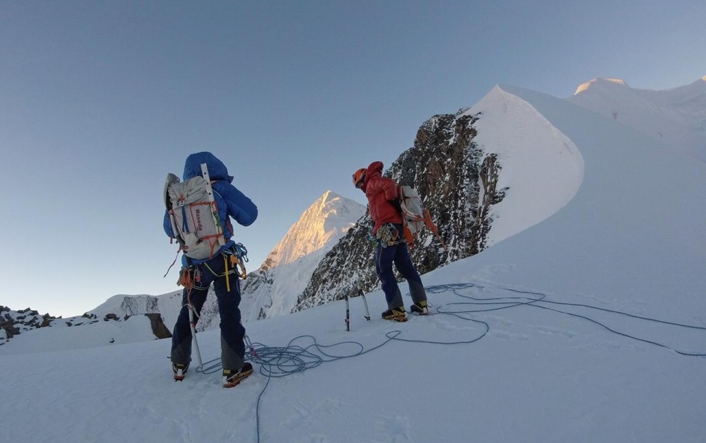 有史以来、氷河を越えてきた初めての訪問者との対面に頬を赤らめる処女峰のラジョダダ。写真:萩原鼓十郎