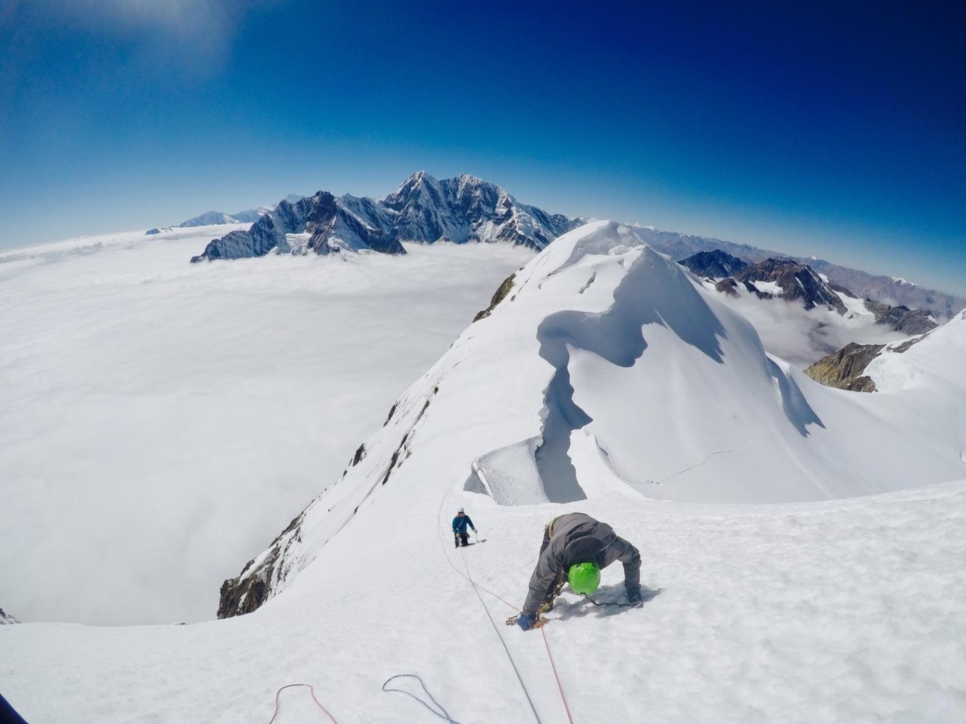 右手に2,000m切れ落ちた崖に落ちぬよう着実に高度を稼ぐ萩原鼓十郎。写真:鈴木雄大