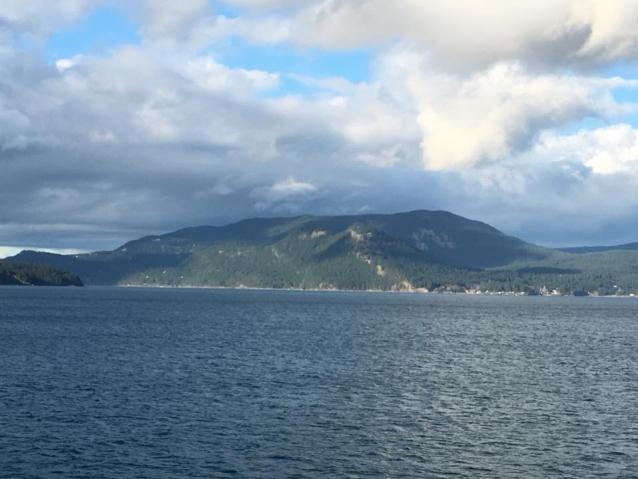 船から見たオーカス島。写真:藤岡正純