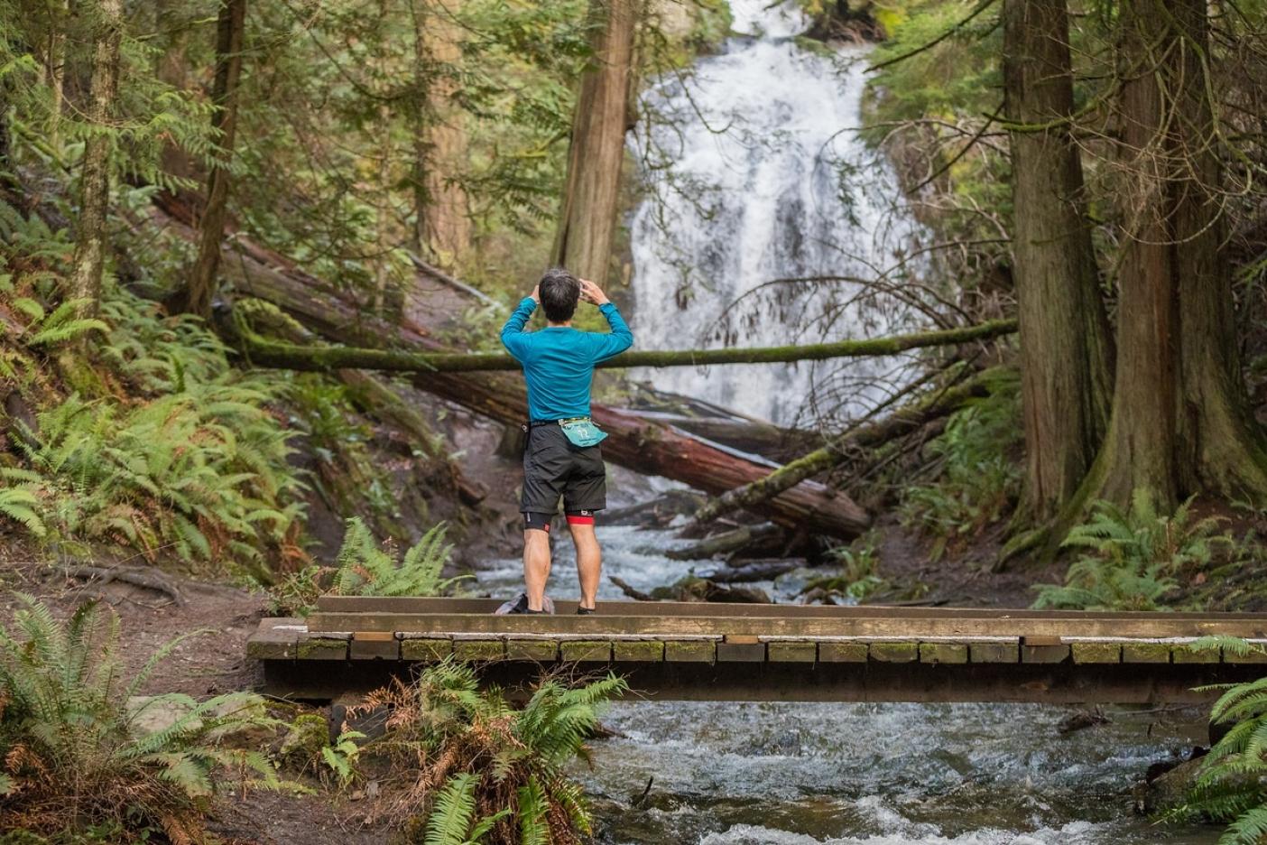 滝の撮影している西城克俊。Photo: Gleen Tachiyama
