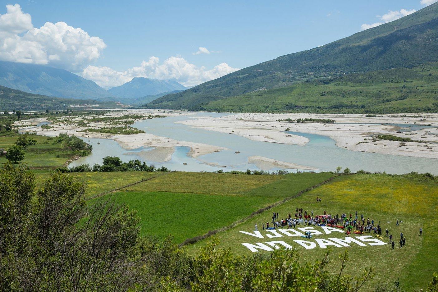 バルカン・リバー・ツアーのパドラーがヨーロッパ全土で最大の原生河川であるヴョサ川の河岸に集った。スロベニア出身の元オリンピックのボート競技選手ロック・ロズマンがパドラー集団を先導したのは、6か国にまたがる23の川、ほぼ390キロの距離におよぶ。バルカン地方の河川がさらされている危機に対する認識をより高め、この場所の手つかずの野生の特徴をヨーロッパおよび世界中の人びとに紹介するためだ。Photo: Andrew Burr