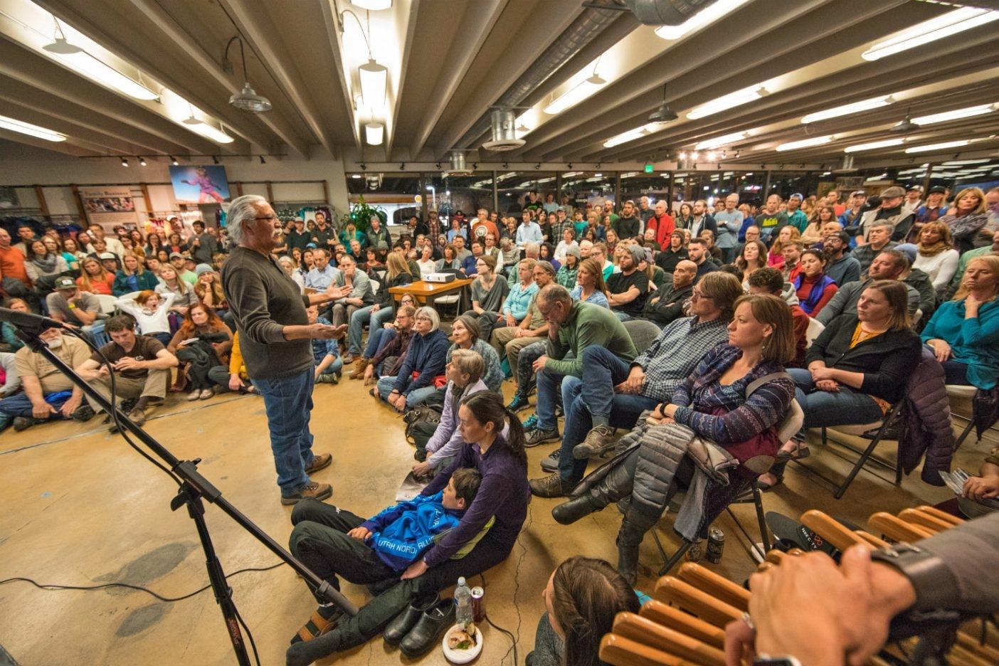 パタゴニアのソルトレイク・シティ・ストアで開催されたマルチメディアのプレゼンテーションでベアーズ・イヤーズの魅力について語る〈ユタ・ディネ・ビケヤ〉の評議委員会の会長ウィリー・グレイアイズ。Photo: Andrew Burr