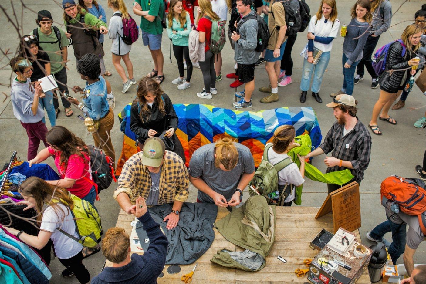 ジョージア大学でハイタッチと引き換えに衣類とギアを修理するWorn Wearのスタッフ。Photo: KERN DUCOTE