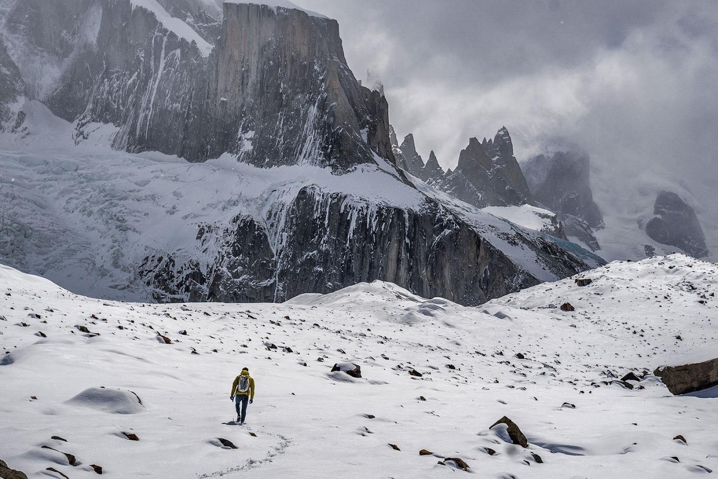 コンディションを確認するためトーレ渓谷に向かって歩くコリン。Photo: Austin Siadak