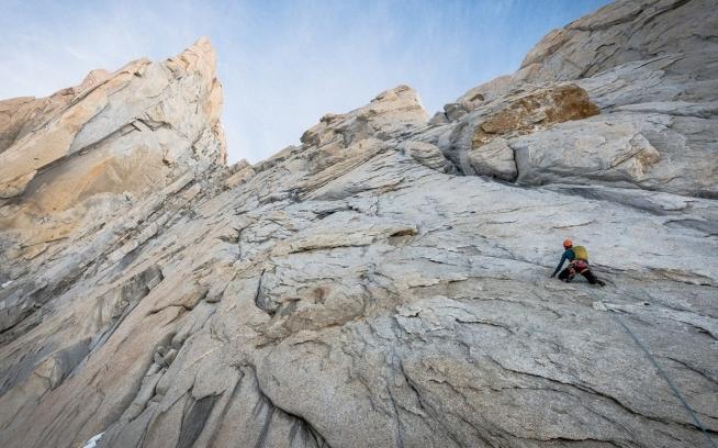 チャルテン西面のアファナシエフ・リッジを登るコリン・ヘイリー。 Photo: Austin Siadak