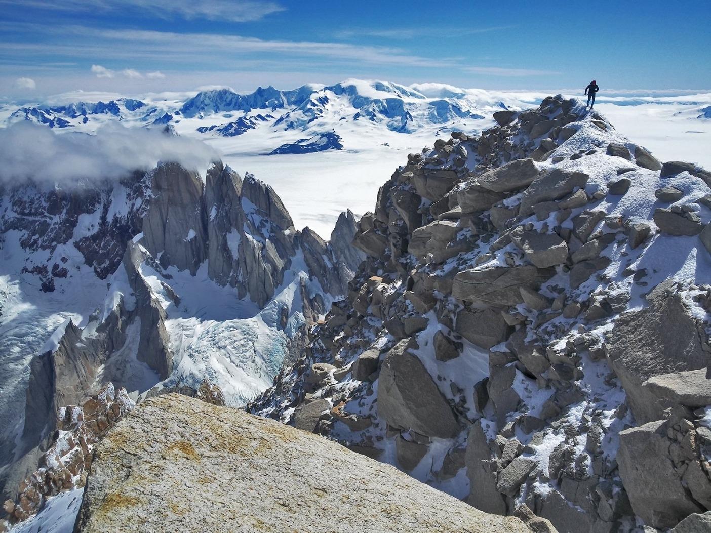 チャルテンの頂上に近づくオースティン。Photo: Colin Haley