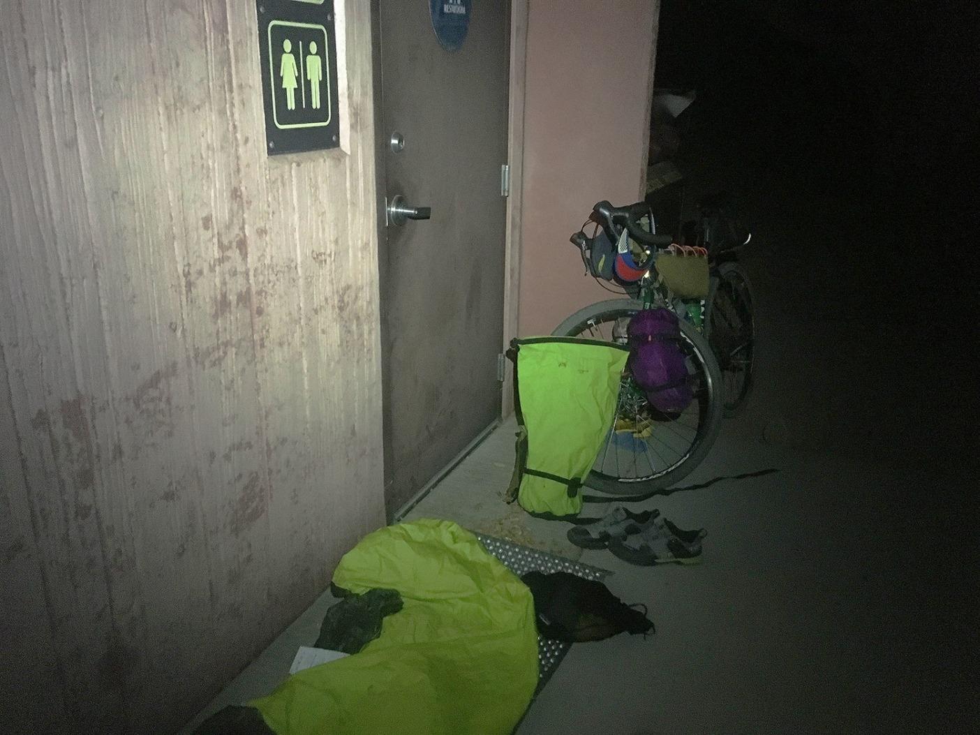 ピットトイレ・キャンプ場、インディペンデンス、カリフォルニア州。Photo: Erik Schulte