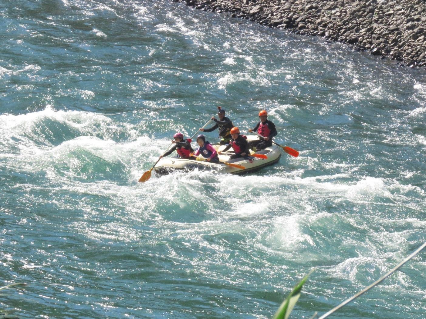かつての流れが戻ってきた球磨川中流域では、ボートで川を下るラフティング・ツアーがはじまった