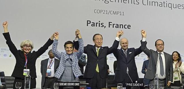 パリ協定を祝う、COP21の議長ローラン・ファビウス(右から2番目)とUNFCCC事務局長クリスティアナ・フィゲレス(左から2番目)。Photo: UNclimatechange, Creative Commons via Flickr