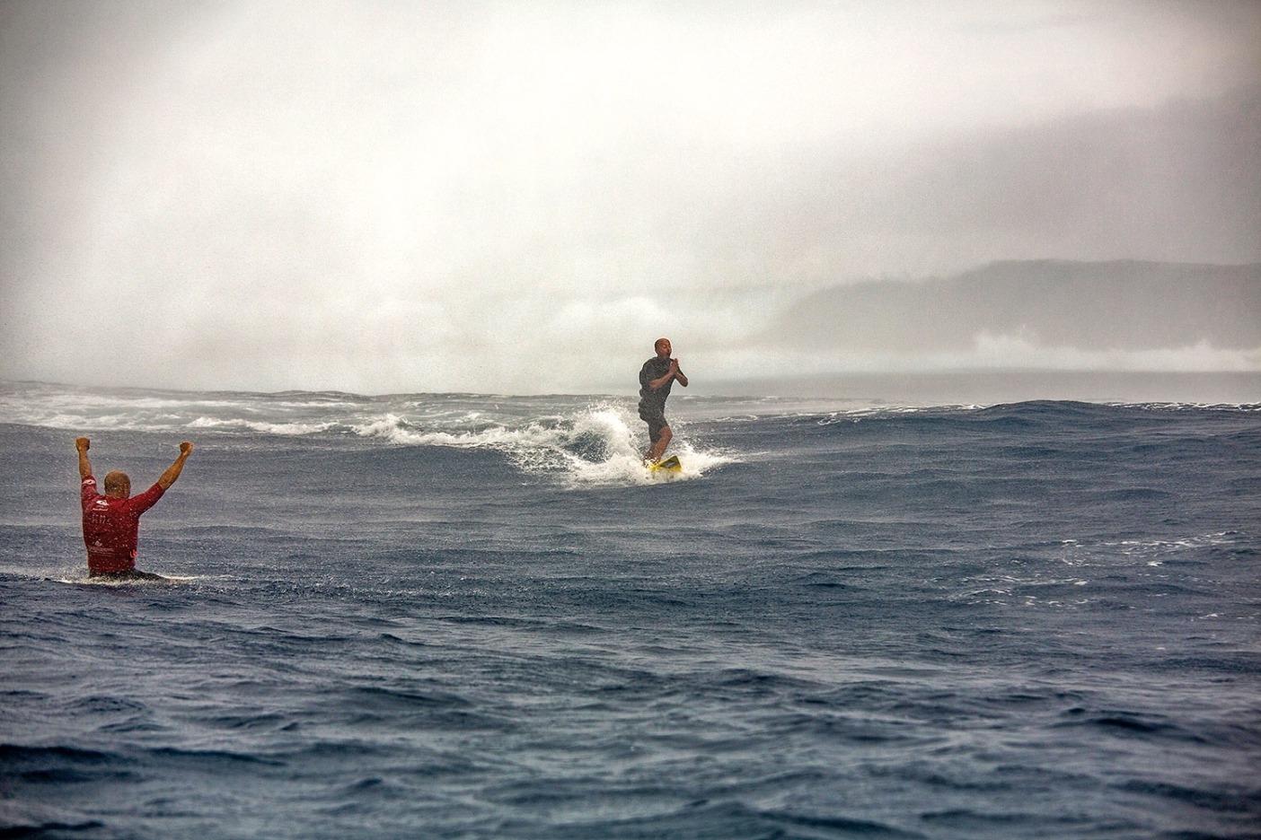 クラウドブレイクで今までに見られた最大の波を乗り終えて、感謝しながらキックアウトするラモンと、チャンネル内でその成功を宣言するケリー・スレーター。Photo: Scott Winer