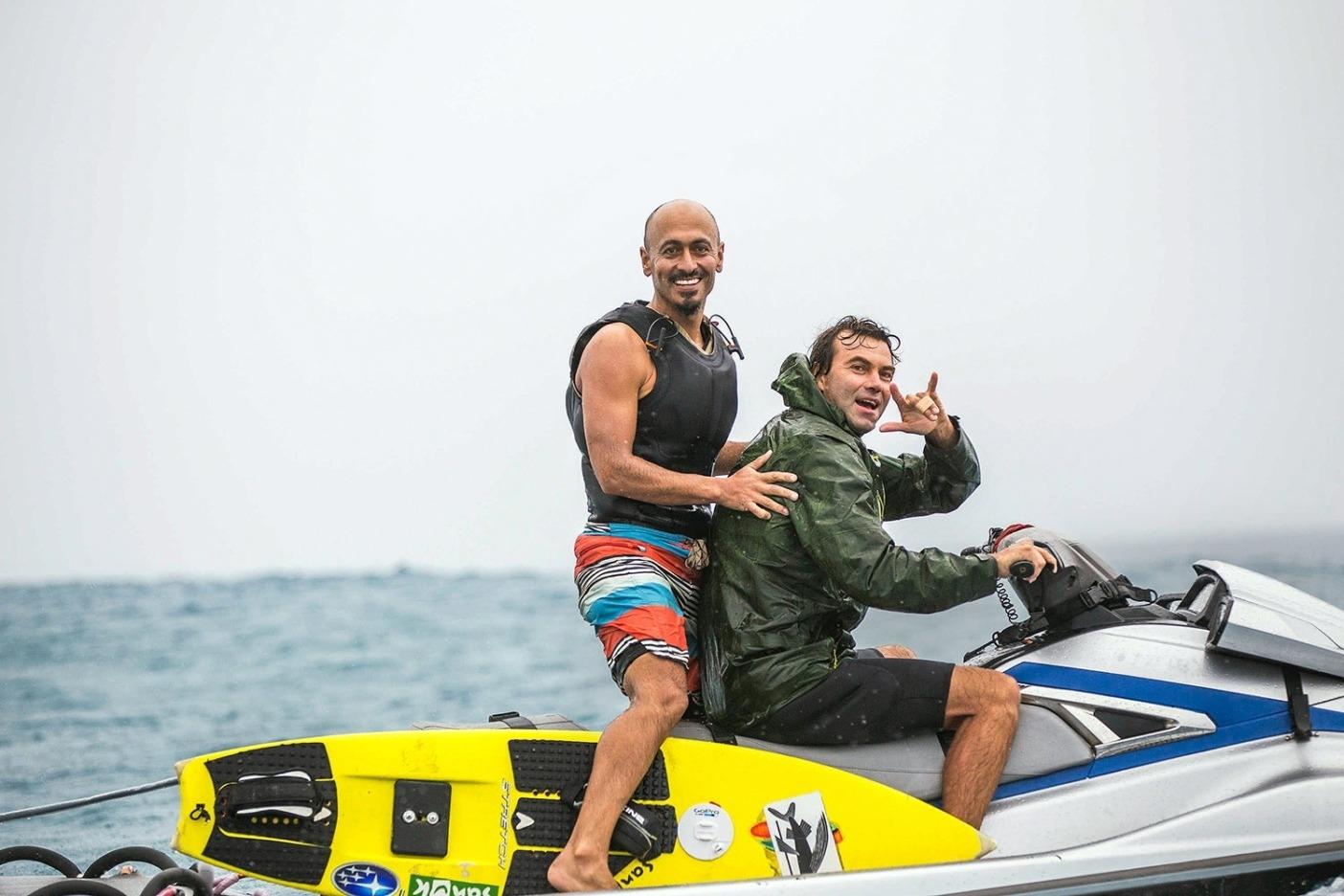 2018年5月26日、この歴史に残る日に、熱狂しながら笑顔を見せるラモン・ナバロとコール・クリステンセン。同じくらい重要なことに、想像し得る最も危険なサーフィンにおいて、経験を積んだチームワークが皆の安全を守った日でもあった。Photo: Tom Servais