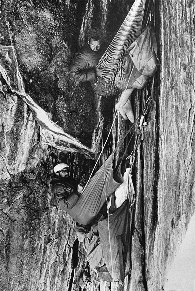 ヨセミテのエル・キャピタンのノース・アメリカ・ウォールの初登中にブラック・ケーブでビバークするトム・フロスト、ロイヤル・ロビンスとイヴォン・シュイナード。カリフォルニア州。1964年。Photo: Chuck Pratt / Frost Collection