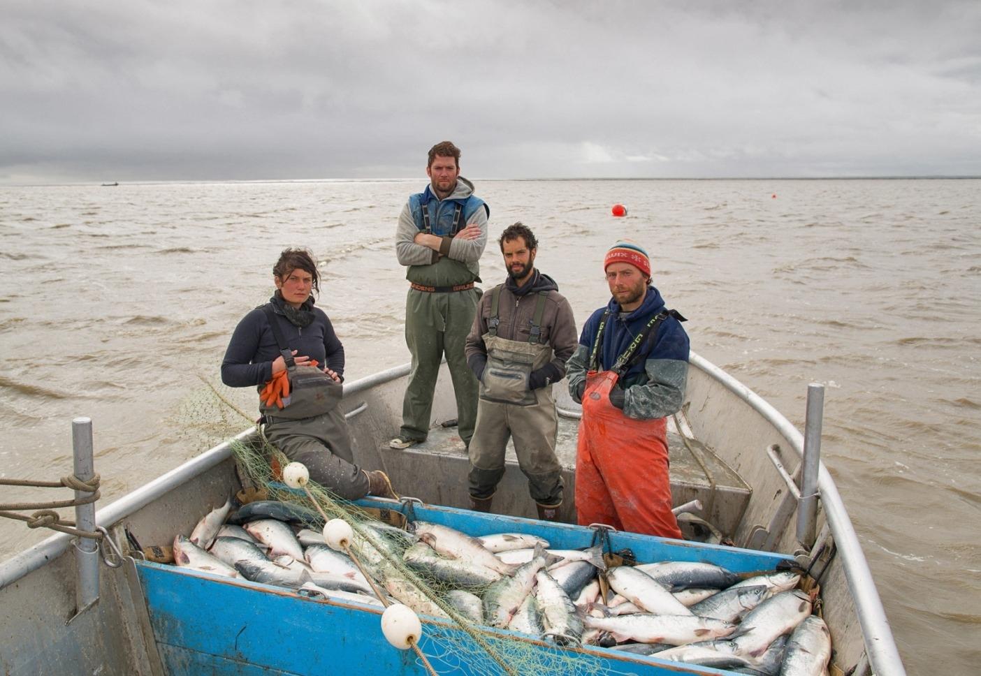 配達準備の整った1日の収穫のごく一部。アラスカ州ブリストル湾のクビチャック川。(左から右):ビリー・ディレーニー、著者ティム・ソン、シャヤン・ロハニとコーリー・アーノルド。Photo: Corey Arnold