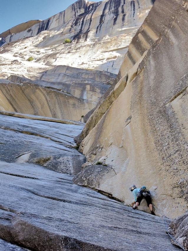 ヨセミテのマウント・ワトキンスの南壁を登るクイン。友人のイェンスとジョシュとともに行ったこの登攀は、その当時愛する者を亡くしたばかりの皆にとって癒しであったと、彼女は追想する。Photo: Courtesy Quinn Brett