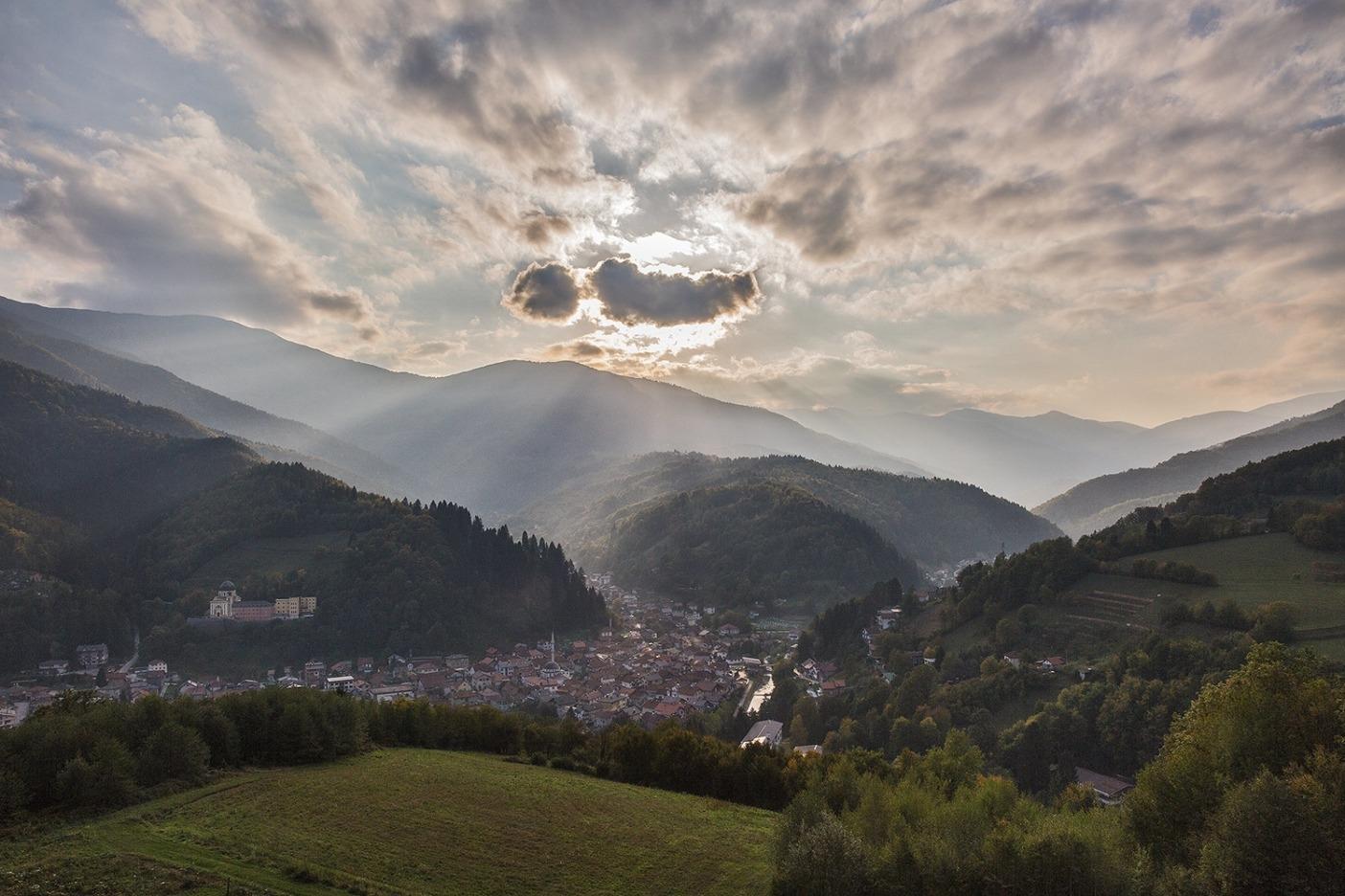 フランシスコ会修道院、中央モスク、そしてフォイニツァに流れ込む川が形成するいくつもの谷。ボスニア・ヘルツェゴビナ Photo:  Andrew Burr