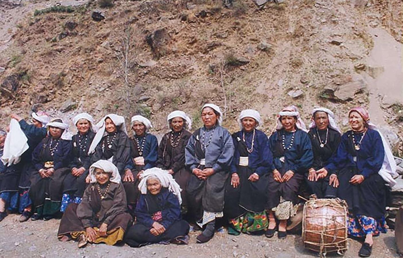 1974年のレニ村における初の女性のみのチプコ運動の参加者が30年後再編成された。出展:Wikimedia Commons