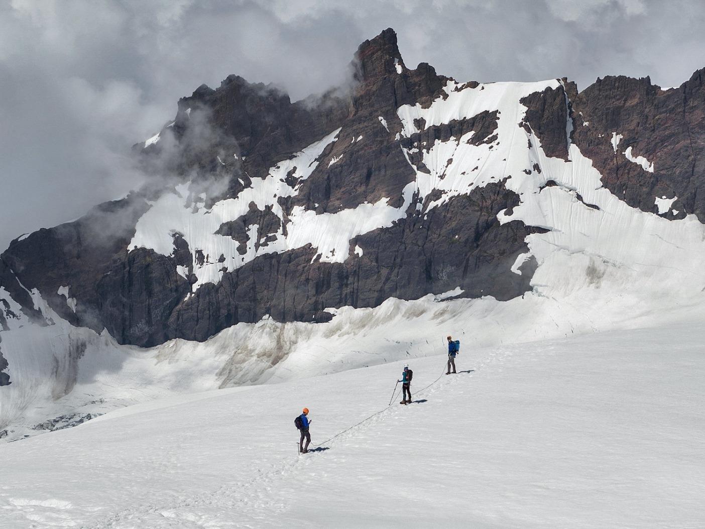 登頂に成功した後、山頂から下山するチーム。Photo: Ben Groenhout