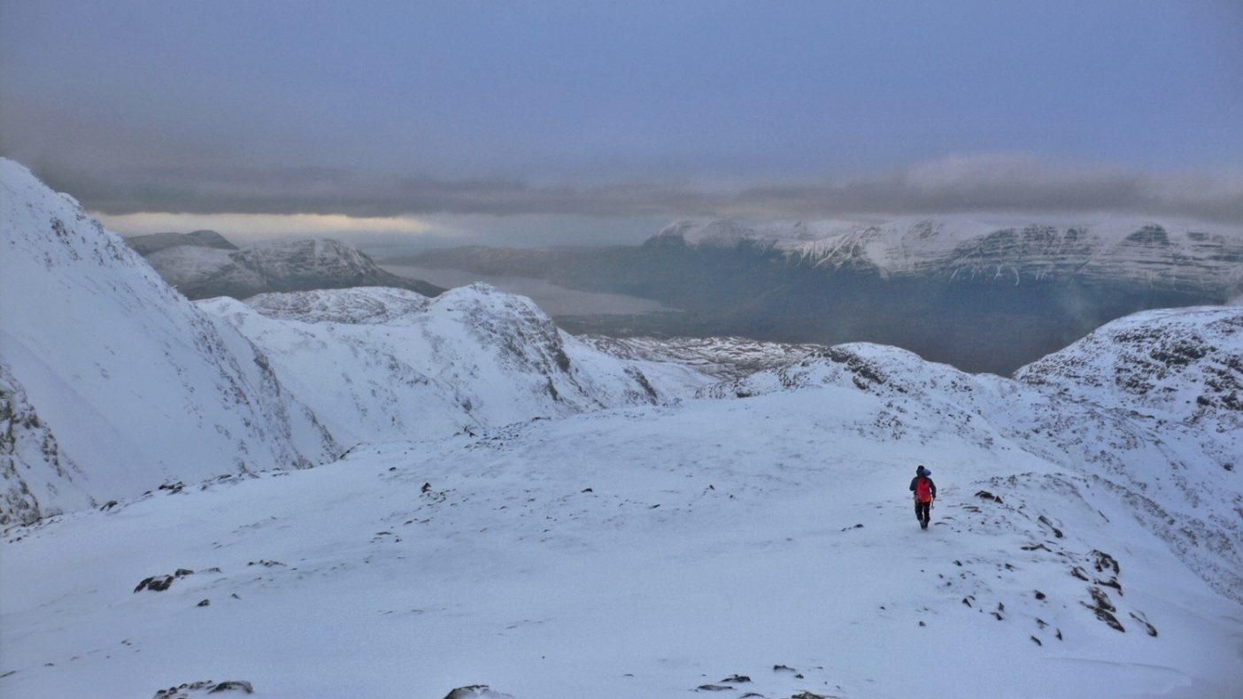 スゴア・ルアド高地(スコットランド)に立つサイモン・リチャードソン。Photo: Kelly Cordes